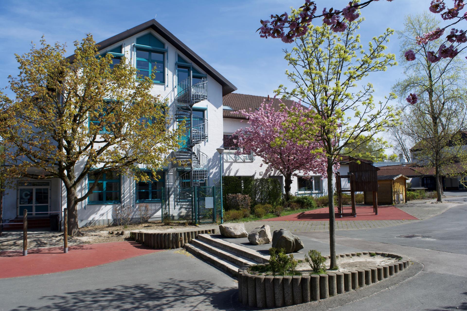Schulgebäude im Frühling