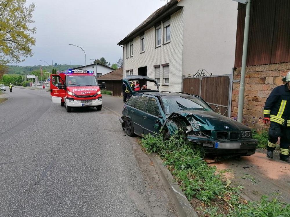 10-2020 Hilfeleistung - Verkehrsunfall - auslaufende Betriebsstoffe