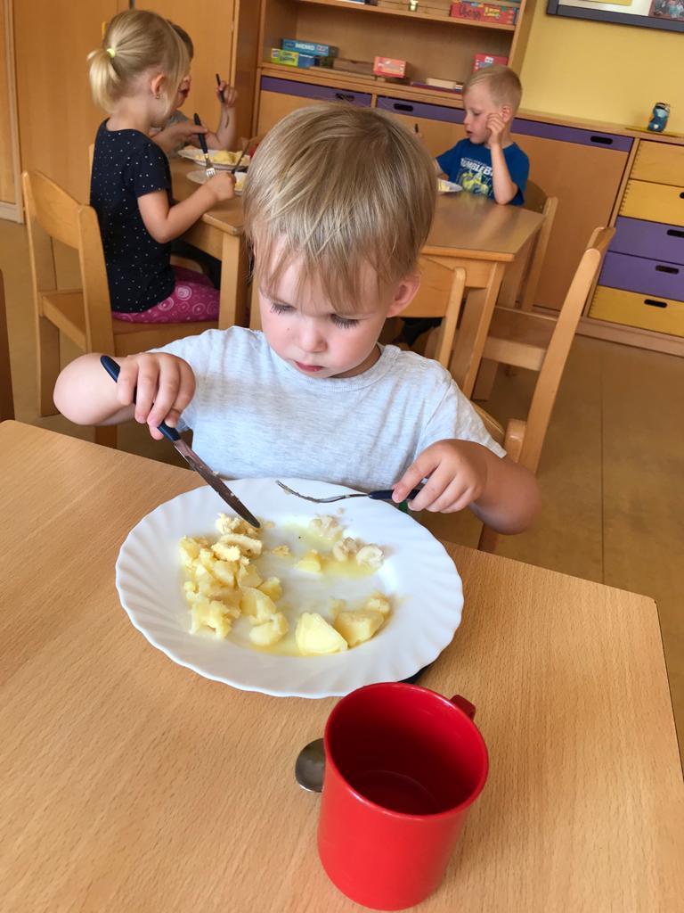 Jannik beim Mittagessen