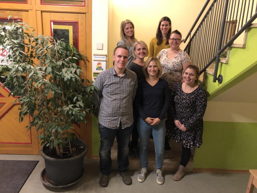 Elternausschuss 2019/2020 v.h.l.: Jessica Schweizer (Grashüper), Diana Wischang (Frösche), Katharina Schefer (1. Vorsitzende, Waschbären), Marion Alsan-Elter (Igelgruppe), Heiko Fröhlich (stellv. Vorsitzender, Igelgruppe), Karin Herden (Waschbären),  Mandy Stützel (Mäusegruppe). Nicht auf dem Foto: Eva Maria Lüdecke (Mäusegruppe).
