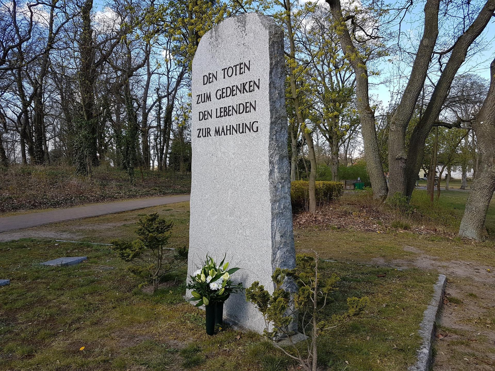 13. April 1945 - vor 75 Jahren war in Rogätz der Krieg zu Ende. Der verein ehrt mit einem Strauß die Toten.