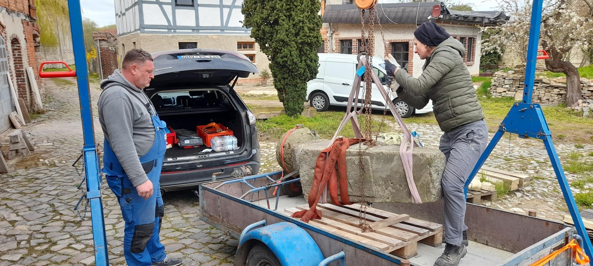 Der Postmeilenstein hängt am Haken. Tino Kohl hat ihn nach Groß Rodensleben transportiert. Dort wird Steinmetzin Cathrin Bothmann den Stein in den kommenden Wochen restaurieren.