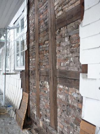 Abnahme des alten Aspestschiefers und sichtbares Fachwerk. Foto Heiko Haine 17.01.2014.jpg