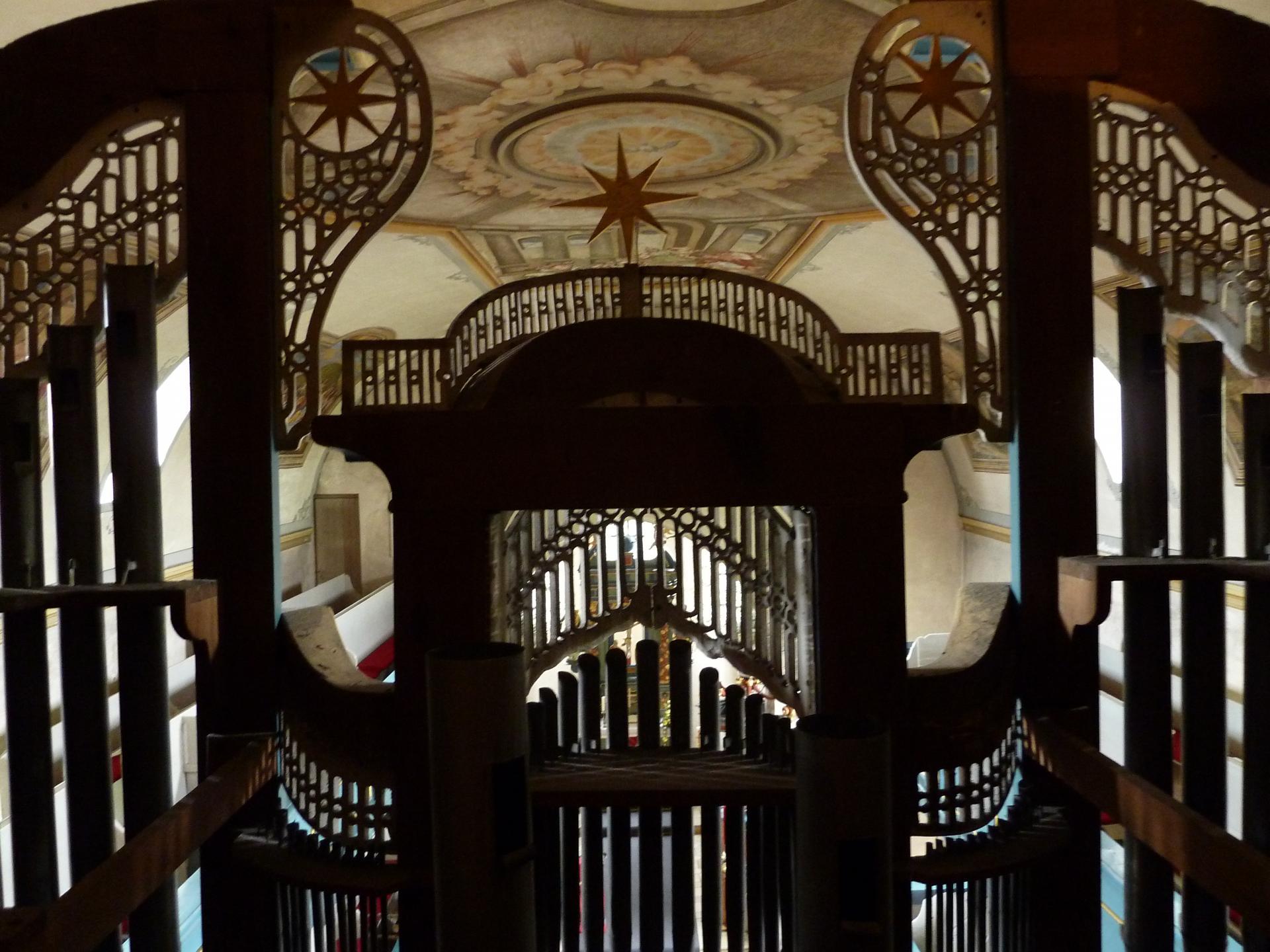 Blick aus dem Inneren der Orgel in das Kirchenschiff