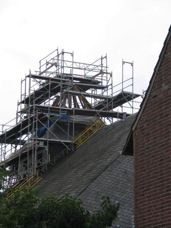 Kurz vor dem Wiedereinzug im Jahre 2005: Sanierung der Turmspitze