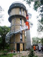 Blick auf den Wasserturm mit Aufzug