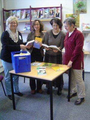 Bücher Geschlechterlernen Bibliothek übergeben Jan. 2012.jpg