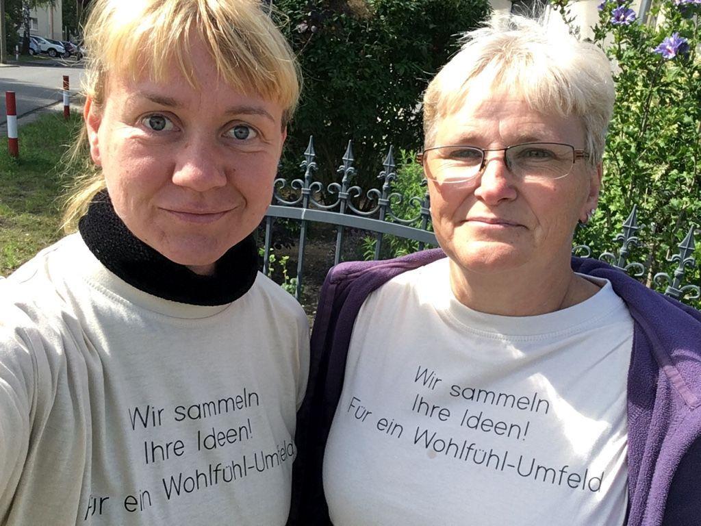 Frau Stahl und Frau Kaiser im Quartier unterwegs