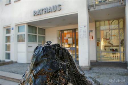 Rathaus Schriftzug mit Brunnen (Büro VHS).jpg
