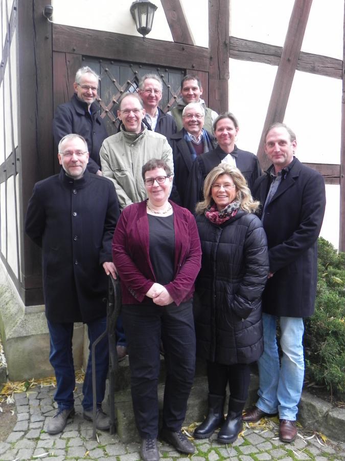 Gemeindekirchenrat vor der Bergholzer Kirche