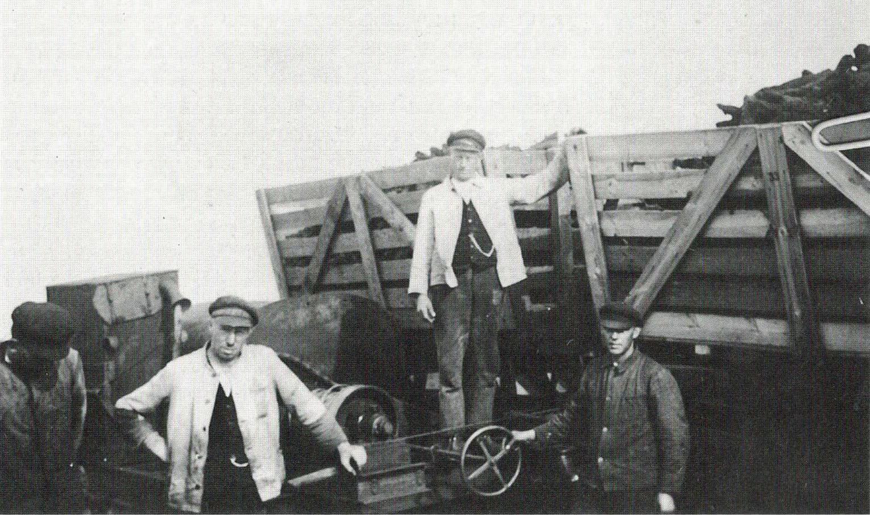 Moorarbeiter beim Verladen des Torfs (o.J.)