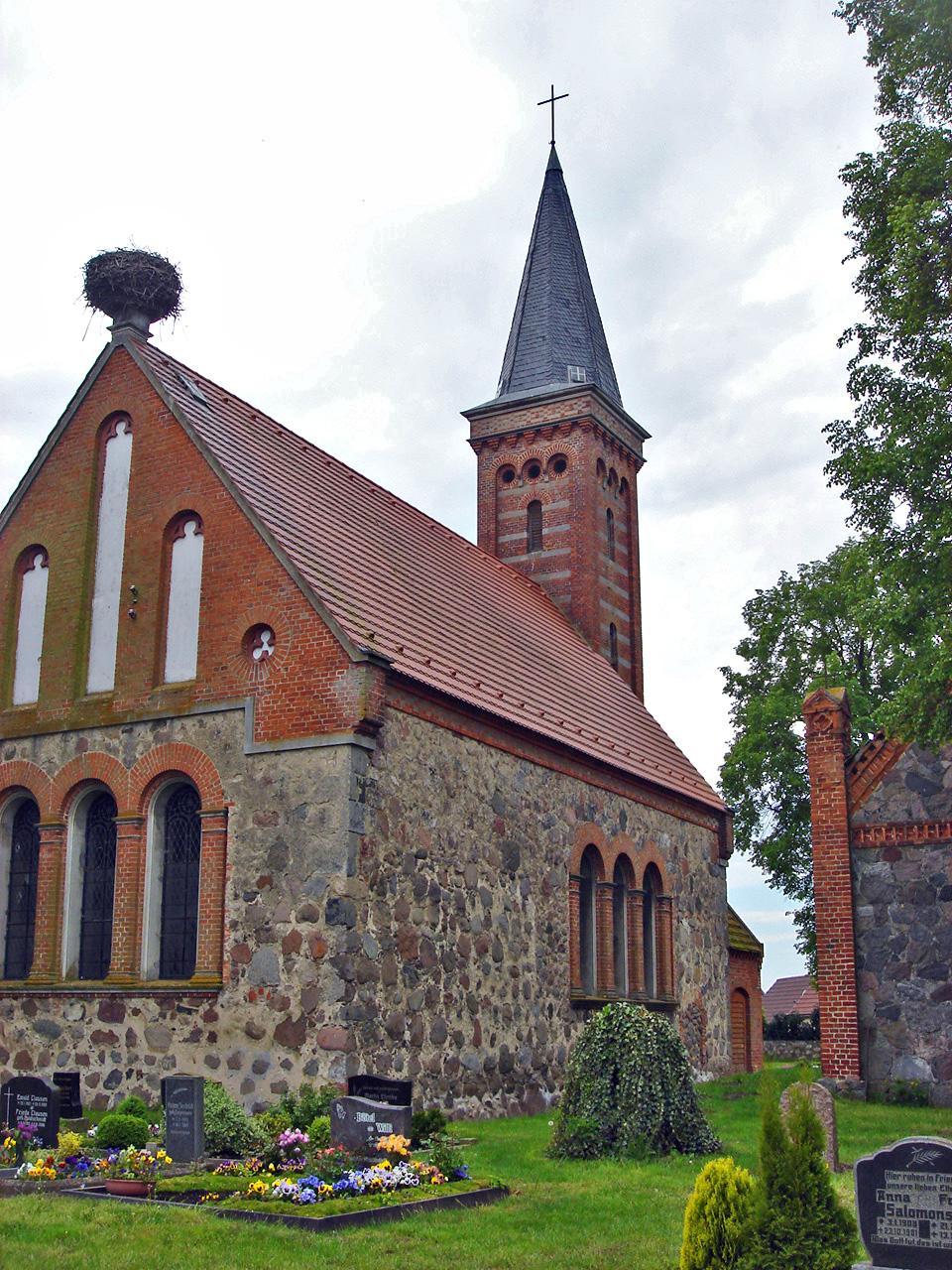 Sadelkow Kirche-Friedhof