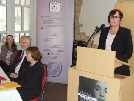 Catrin Seeger im Hintergrund Sabine Hübner, Landesgleichstellungsbeauftragte, Dr.JPG