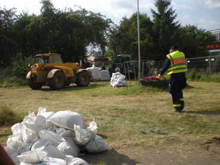 2013 Elbehochwasser Sandsäcke werden benötigt