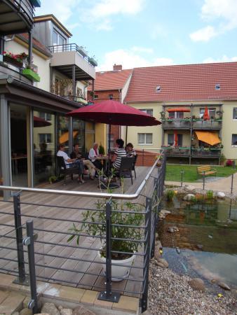 Terrasse und Teich vor dem Clubraum