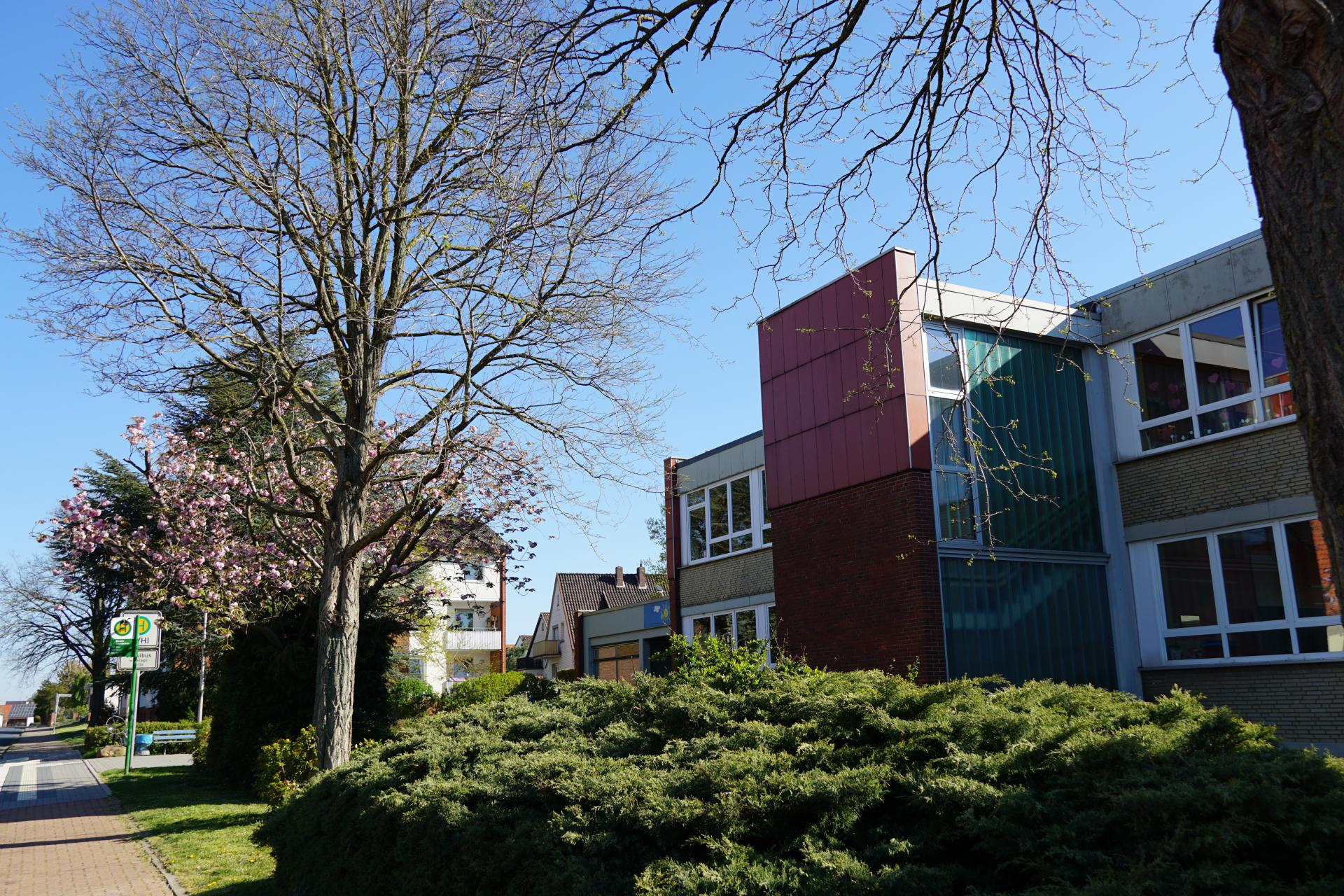 Schulgebäude Straßenansicht