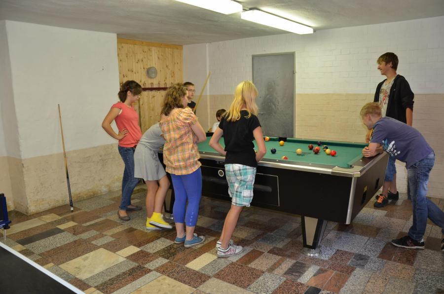 Kinder vorm Billiardtisch