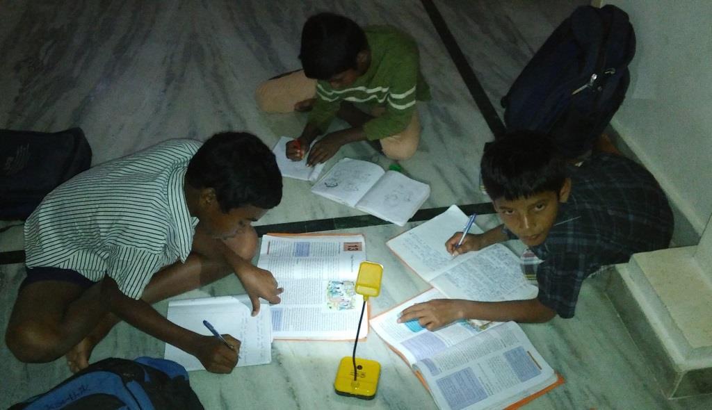 Kinder lernen mit Solar-Leselampen in Sircilla