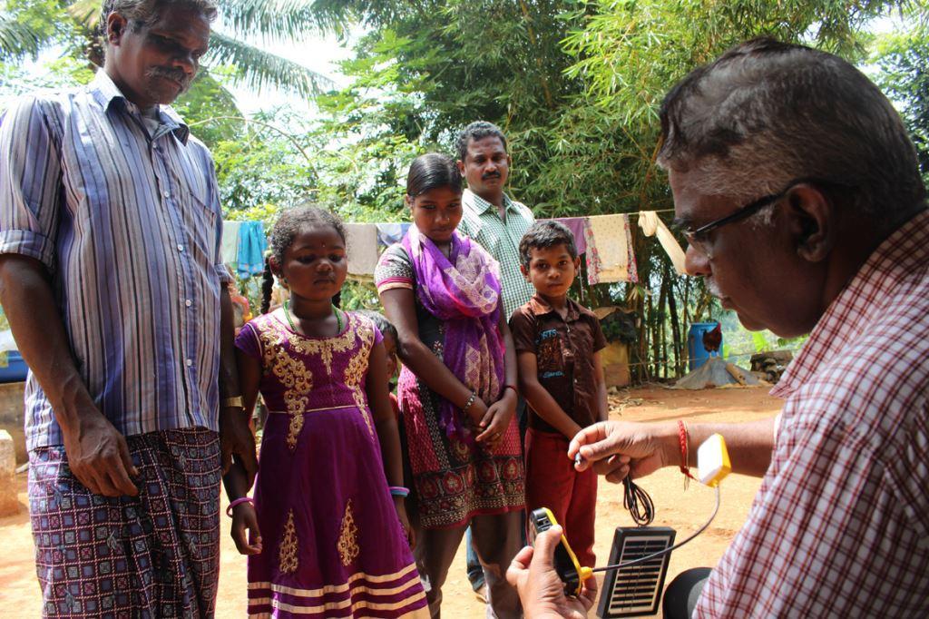 Ranganathen erklärt Solar-Leselampen im Dorf Uluvadu
