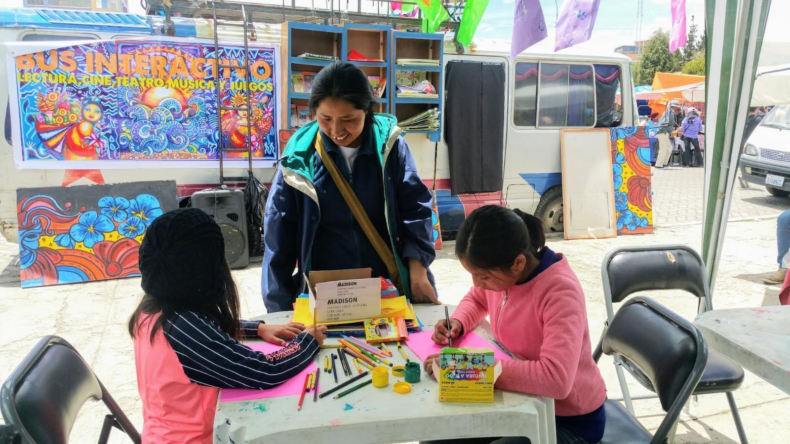 Reyna vom COMPA malt mit Kindern
