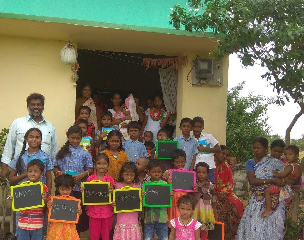 Sam Kalwala besucht das Kinderzentrum in Sircilla