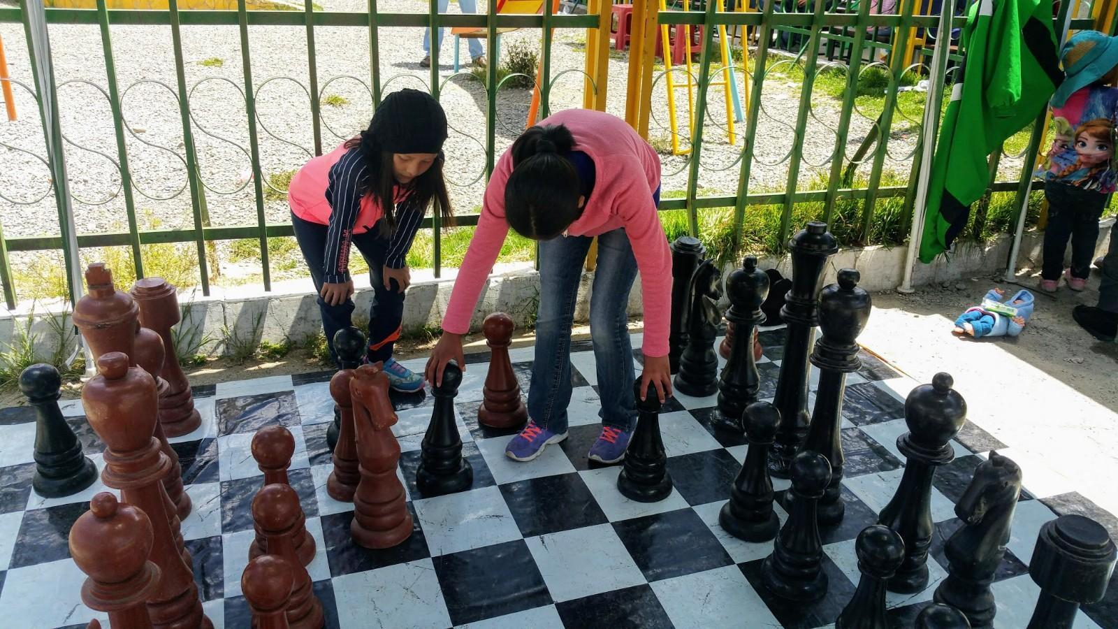 Micaela und Camila spielen Schach