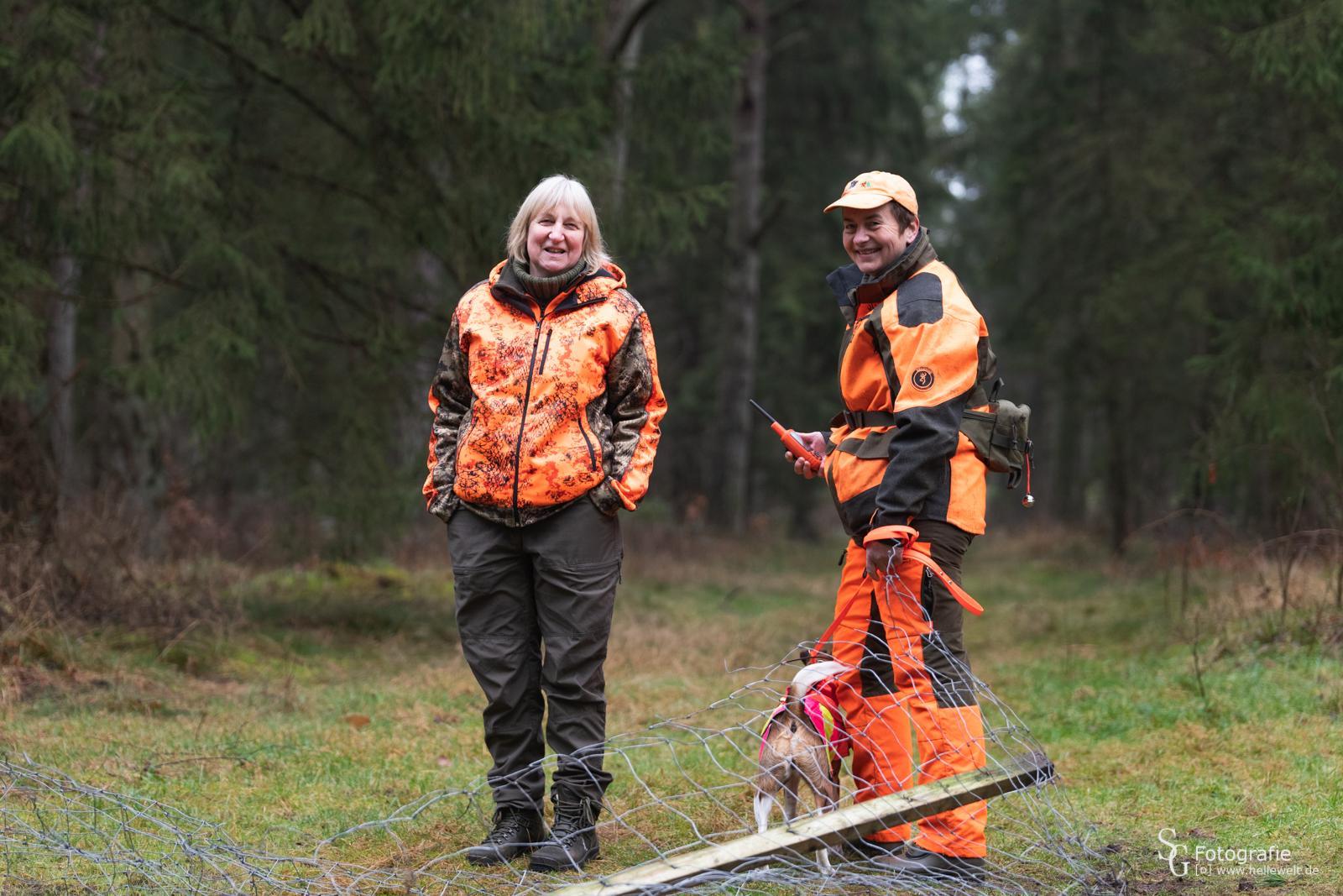 Kreishundeobfrau Heidi Fitzner und ASP-Kadaversuchhundewartin Stefanie Hausser