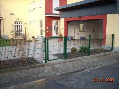 Doppelgitterstabmattenzaun grün mit Tür