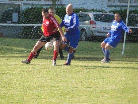 Mario Thiede schürmt den Ball ab