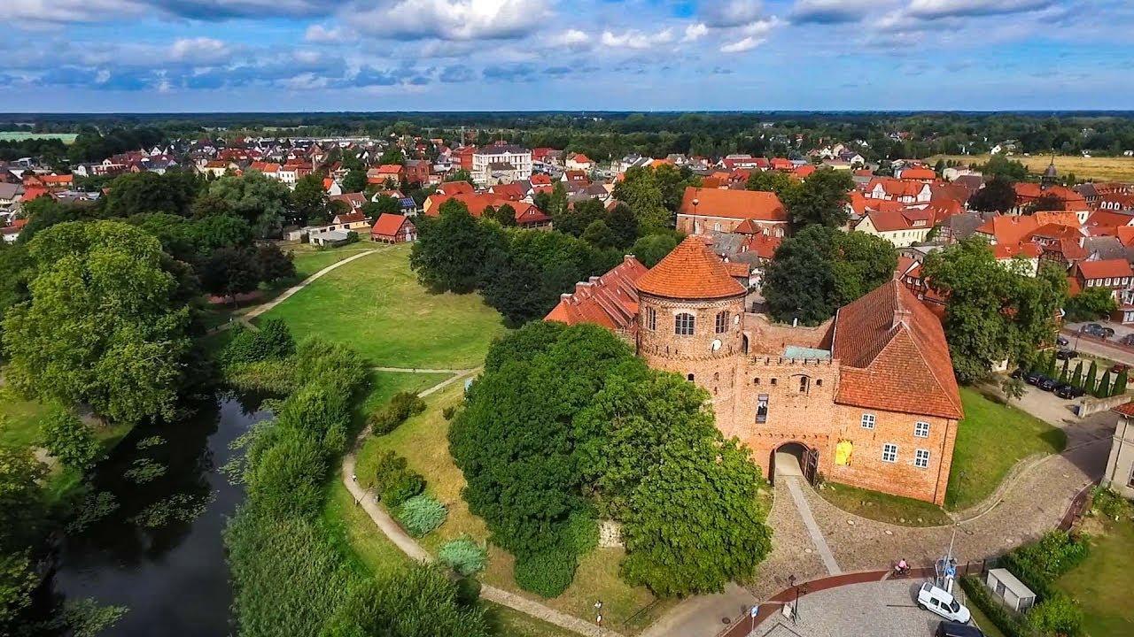 Neustadt-Glewe mit seiner Burg, der ältesten erhaltenen Wehranlage Mecklenburgs, seinem Schloss und dem Neustädter See