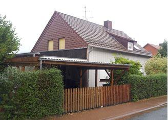 Zweifamilienhaus mit Garage und Carport, Garten hinter dem Haus  zu verkaufen!
