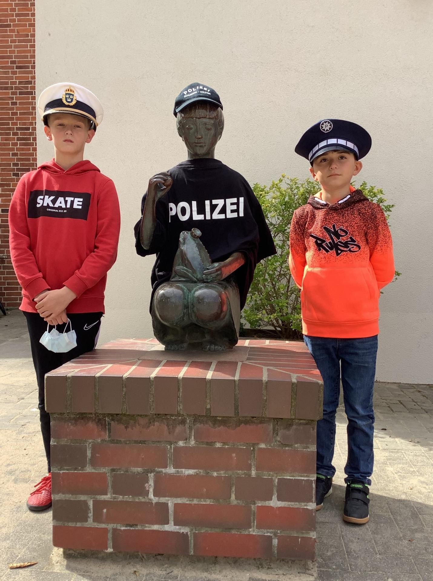 Polizistin mit Dean und Ibrahim