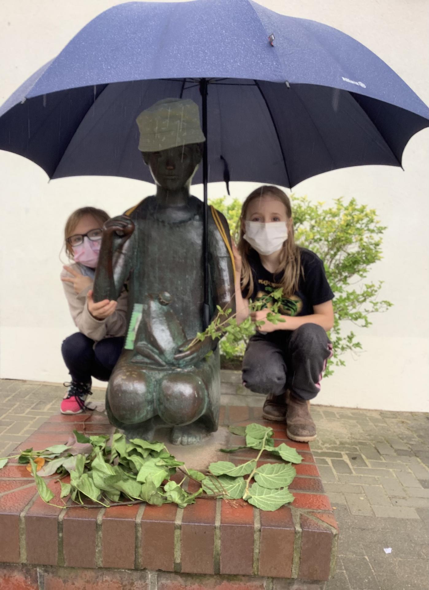 Regenmädchen mit Sarah und Mina