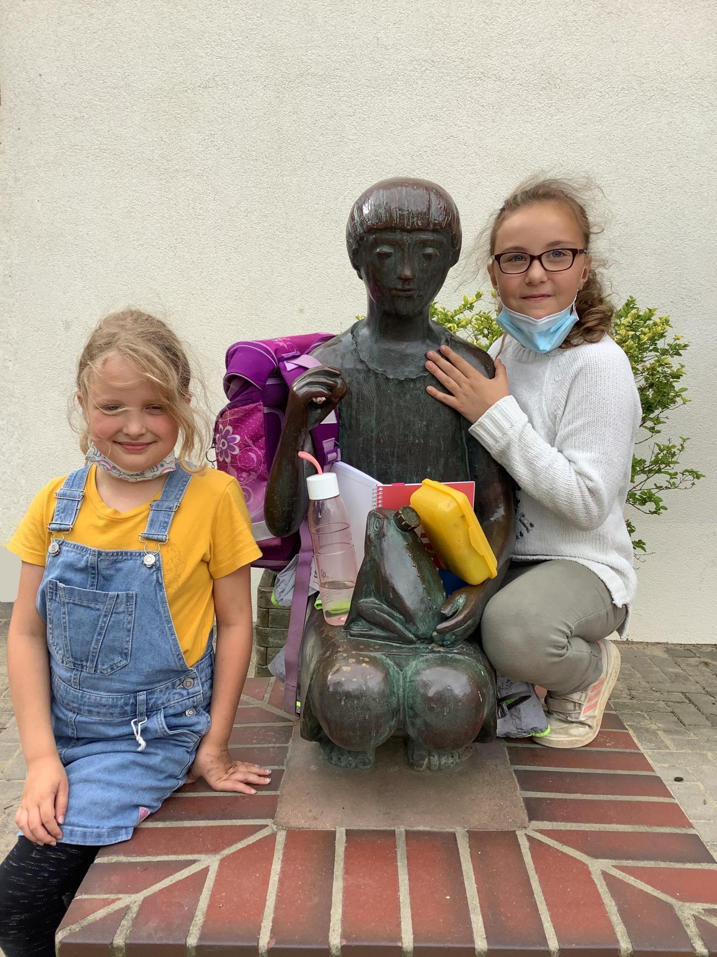 Schulmädchen mit Laura und Lotta