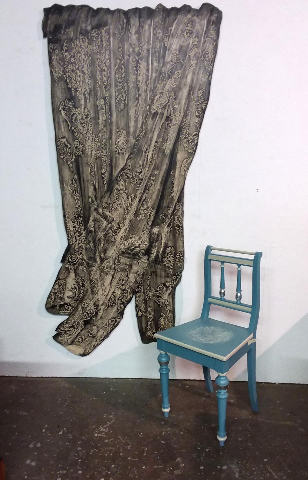 Stuhl blau-weiß-silberfarben, Linolschnitt (Gardine) Sabine Ostermann