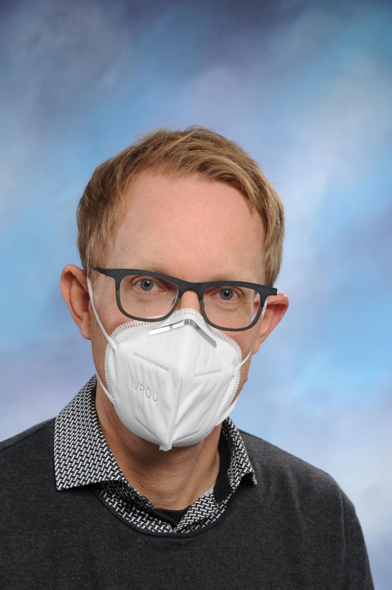 Schulleiter mit Maske!