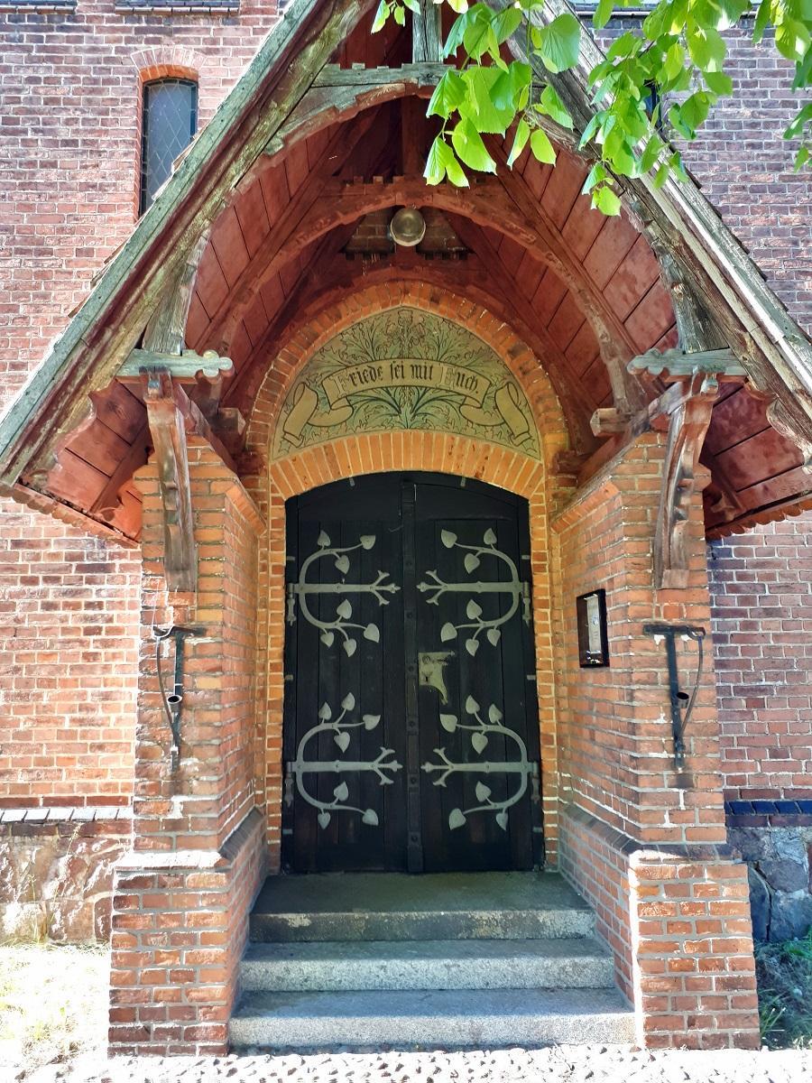 Eingangsportal Kirche Lühsdorf (Foto: Stadtverwaltung Treuenbrietzen)