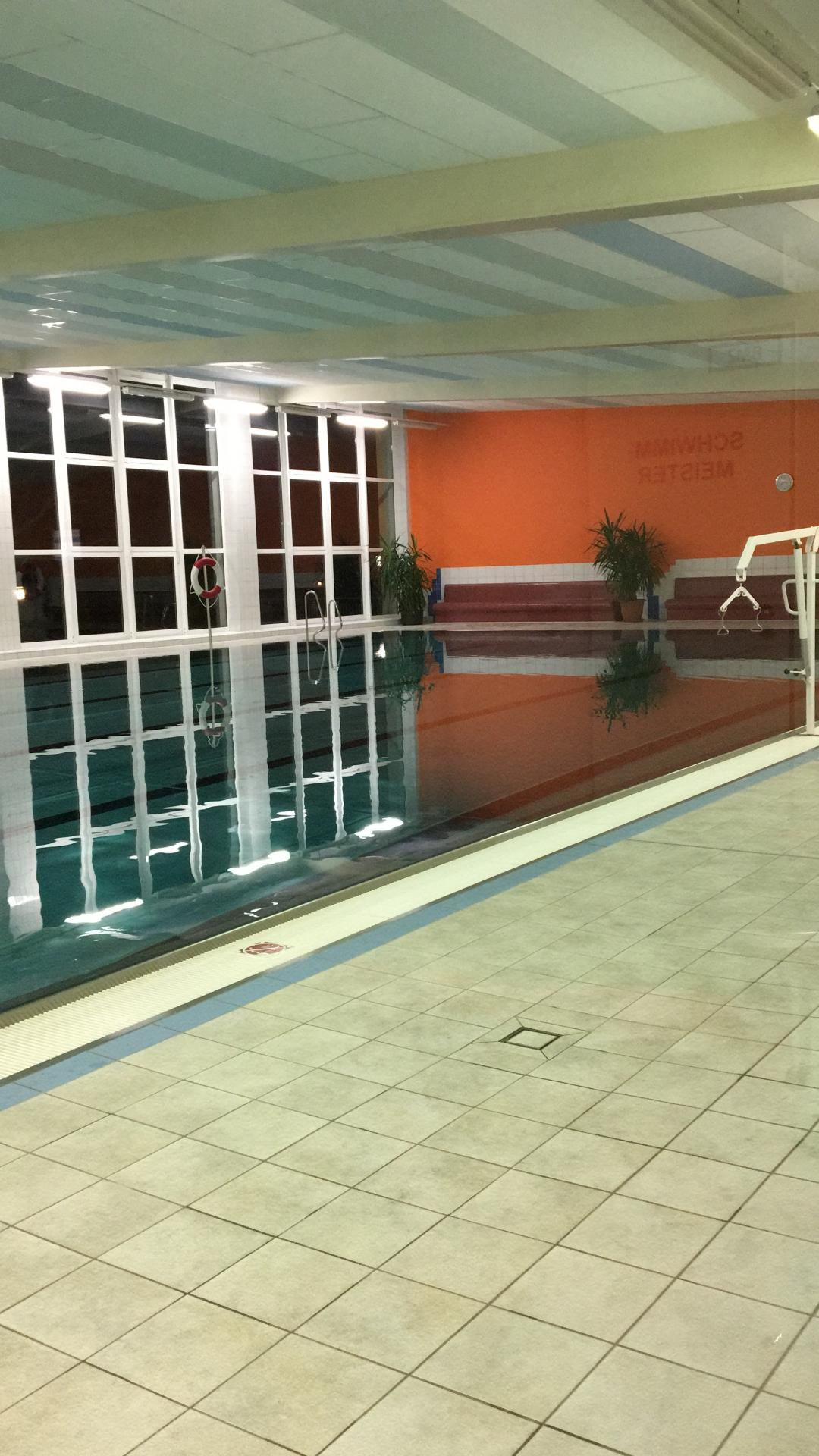 Schwimmhalle zu