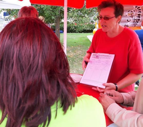 BI-Mitglied Andrea im Gespräch mit einer Bürgerin