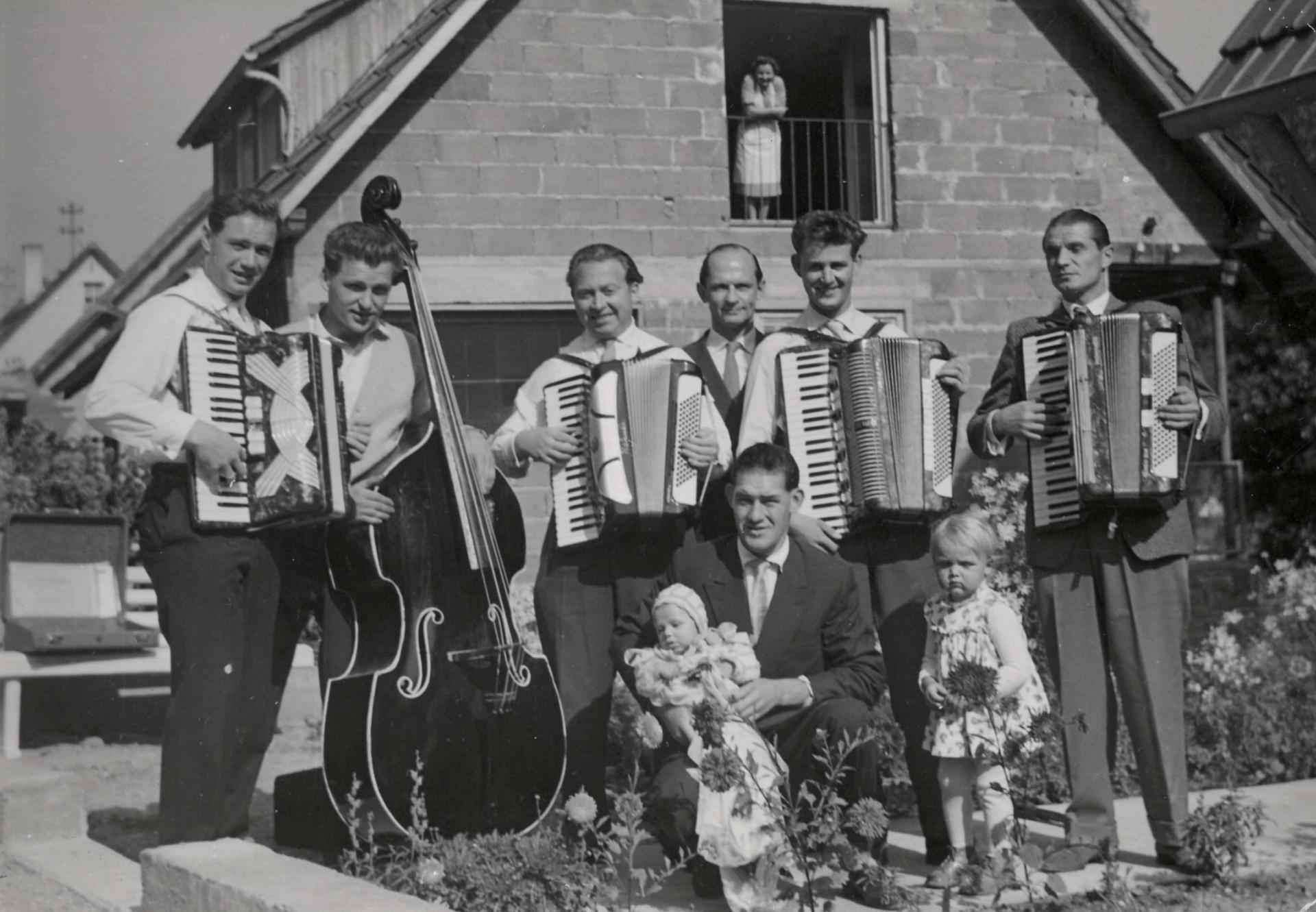 Gründungsmitglieder - v.l. Ernst Großmann, Kurt Mettler, Gerhard Stump, Hermann Treiber, Albert Genthner, Karl Eitel (Dirigent), Kurt Treiber (kniend)
