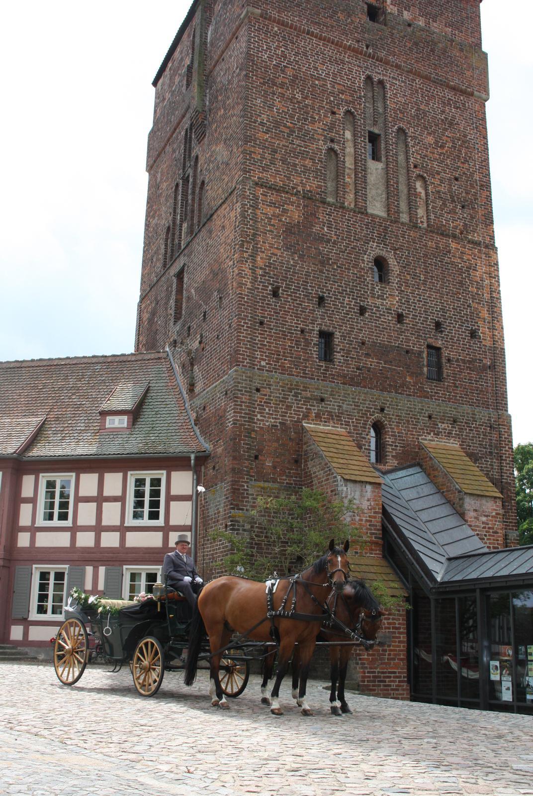 Hochzeitskutsche vor der Wittstocker Burg