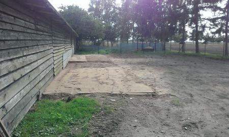 vorbereitete Kiesflächen für die Hundezwinger