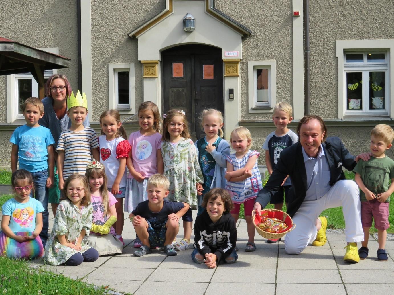 """Bürgermeister Bernhard Uhl mit den Kindern der """"Apfelbaumgruppe"""" des Kindergarten Obstgarten in Zusmarshausen, Foto: Beate Wagner"""