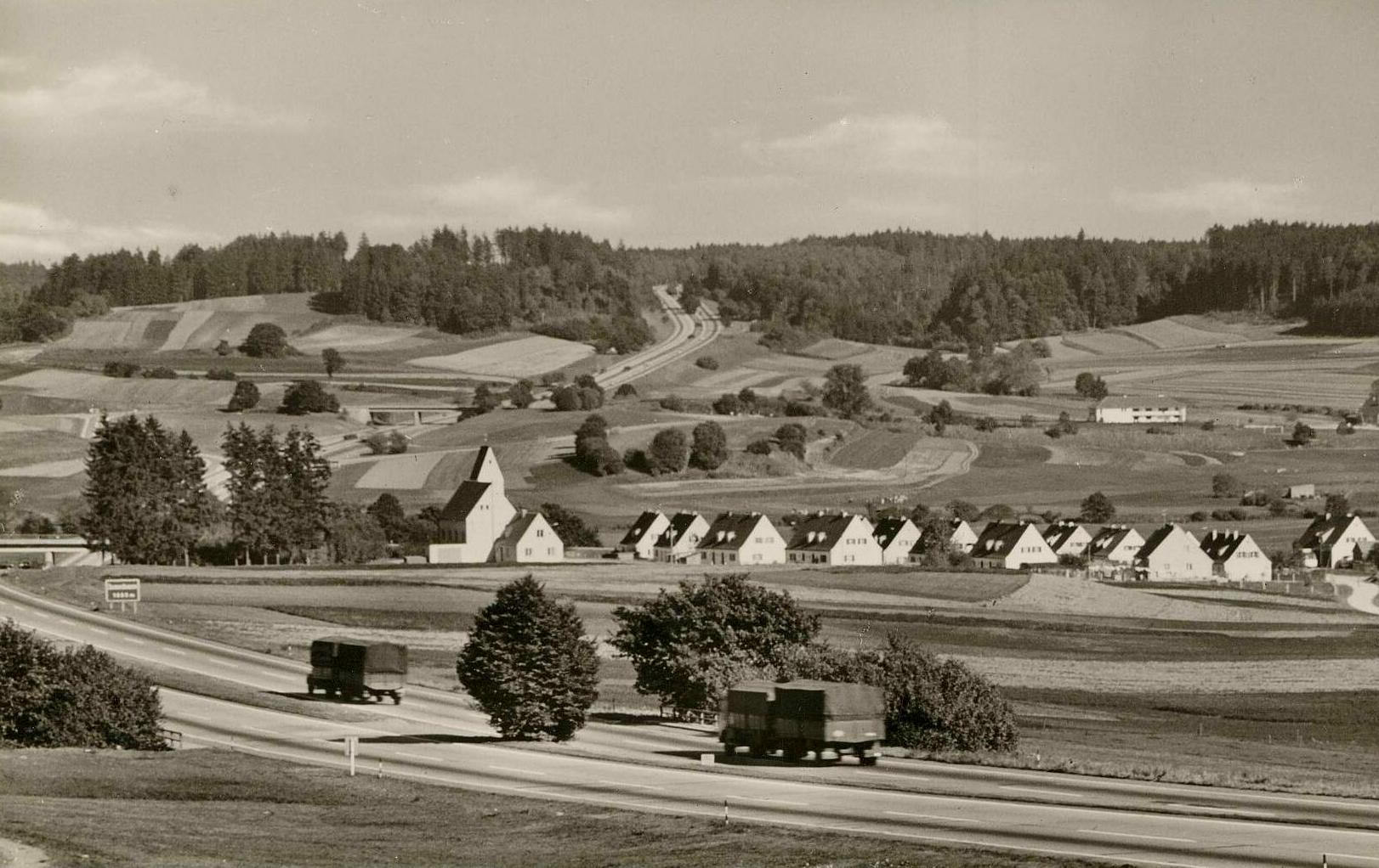 Zusmarshausen Friedensdorf mit Blick von der Autobahn