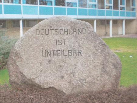 Gedenkstein des Ortskuratoriums Unteilbares Deutschland Offlenben..JPG