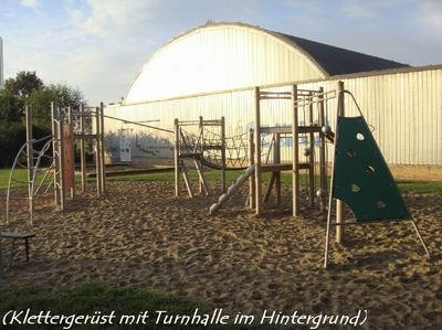 Klettergerüst mit Turnhalle