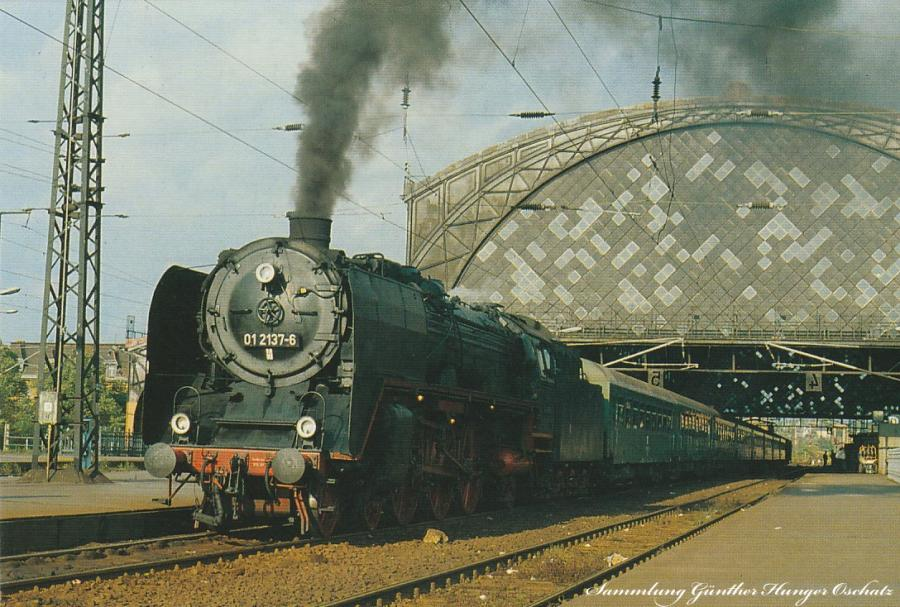 Schnellzugdampflokomotive 01 2137 im Bahnhof Dresden Neustadt