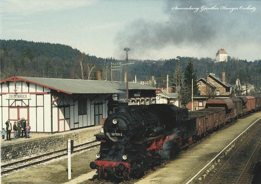 58 1111 (UEF) mit Lgo 77456 im BahnhofZiegenrück