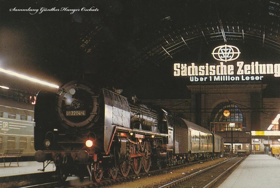 Schnellzugdampflokomotive 01 2204 vor der Abfahrt nach Berlin in der Lichthalle des Dresdner Hauptbahnhofes