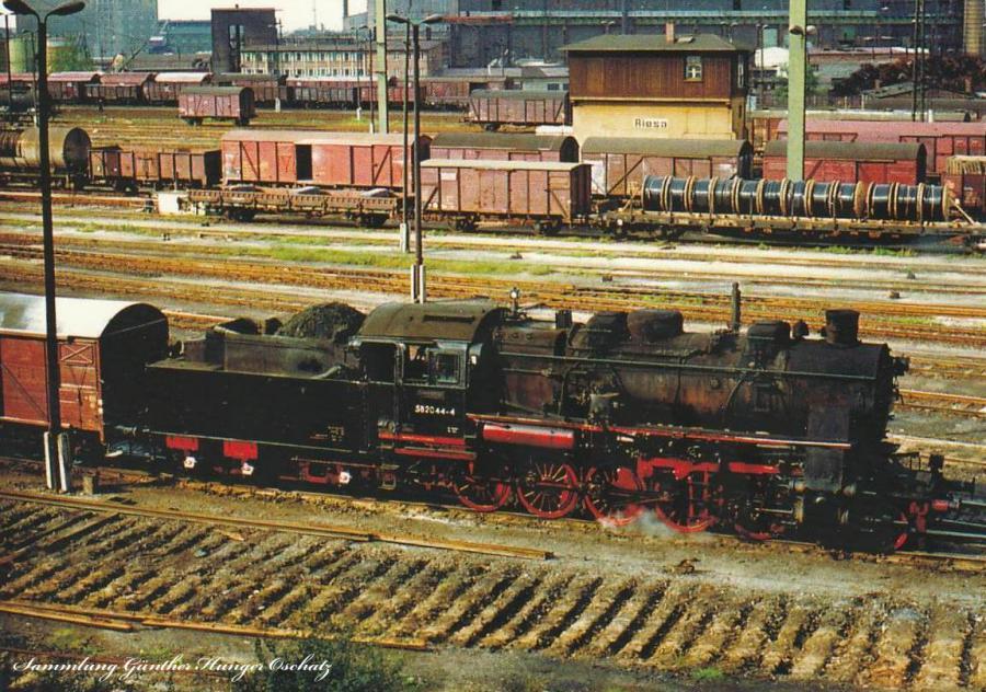 Güterzugdampflok 58 2044 rangiert mit Güterzug  im Bahnhof Riesa